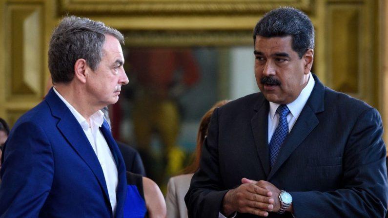 El presidente venezolano Nicolás Maduro habla con el expresidente del gobierno español José Luis Rodríguez Zapatero  en el palacio presidencial de Miraflores en Caracas el 18 de mayo de 2018. (FEDERICO PARRA/AFP vía Getty Images)