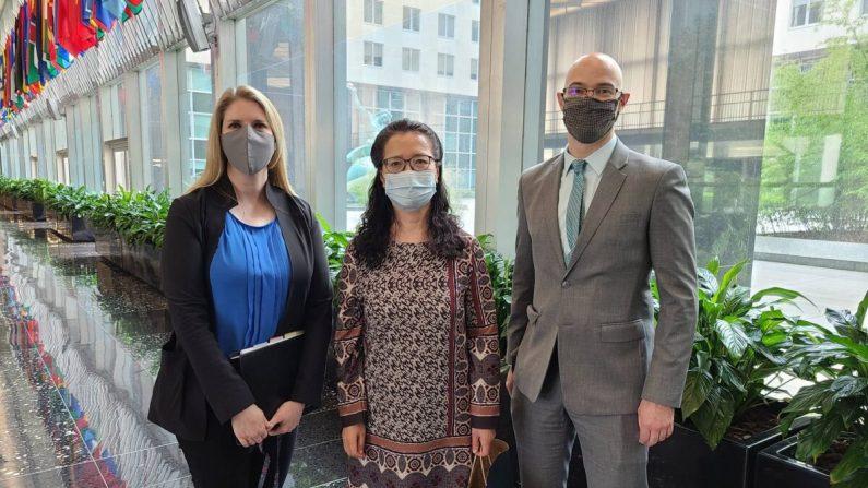 Zhang Yuhua (centro) con los oficiales de asuntos exteriores del Departamento de Estado, Tina Mufford (izq.) y Michael J. Cocciolone, el 20 de julio de 2020, con motivo del 21° aniversario de la persecución a Falun Dafa en China. (Proporcionada a The Epoch Times)
