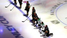 Jugadores de la NHL abren la temporada de pie ante el himno, pero 4 se arrodillan esta semana
