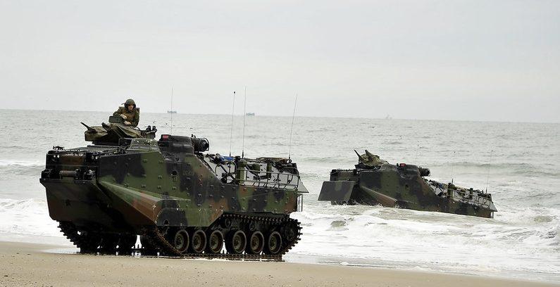 Vehículos de asalto anfibio (AAV) del buque de transporte anfibio USS Oak Hill (LSD 51) se dirigen hacia la costa durante un ejercicio de asalto anfibio como parte de Bold Alligator 2012.  (Fotografía de la Marina de EE.UU. por el Especialista en Comunicación de Masas de 2ª Clase Gregory N. Juday/Publicada)