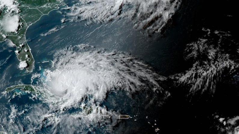 Fotografía cedida por la Administración Nacional Oceánica y Atmosférica (NOAA) de Estados Unidos por vía del Centro Nacional de Huracanes (NHC) donde se muestra la localización del huracán Isaías. EFE/NOAA-NHC