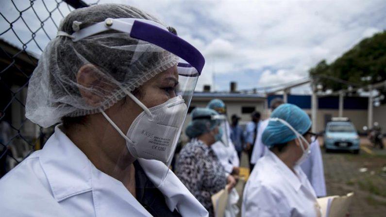 La cantidad de trabajadores de la salud fallecidos representa el 4 % de los 2537 muertos por neumonía y otros síntomas relacionados con COVID-19 en Nicaragua. EFE/Jorge Torres/Archivo