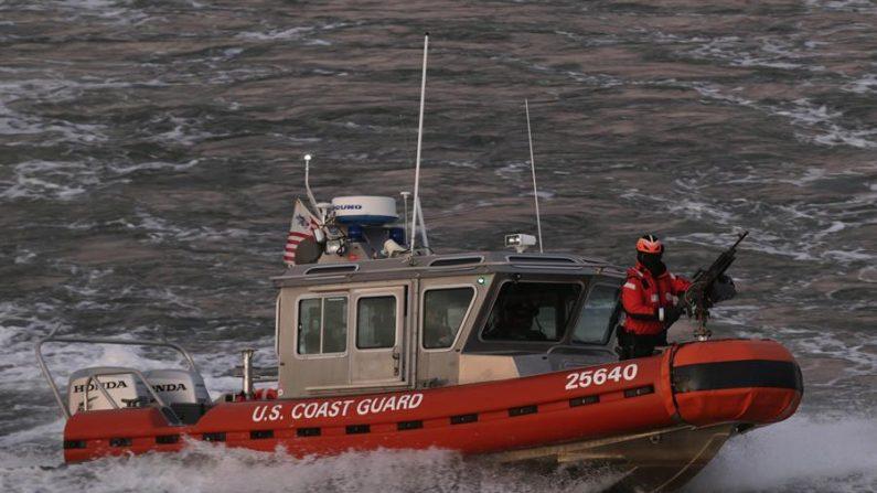 Un bote de la Guardia Costera de Estados Unidos patrulla en busca de migrantes. (EFE/PETER FOLEY/Archivo)