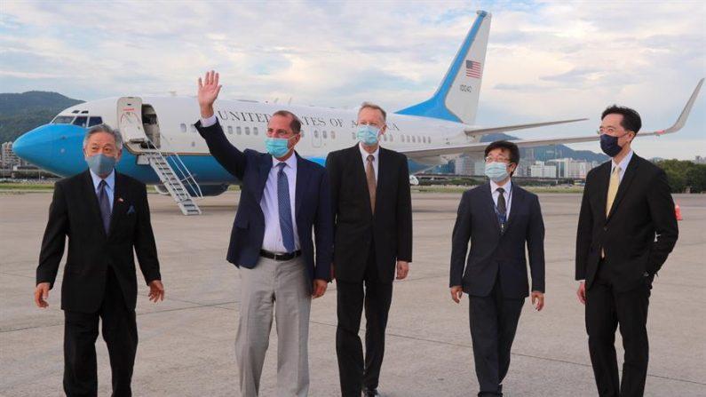 El secretario de Salud de EE.UU. Alex Azar (2º por la izq.) saluda a su llegada al aeropuerto de Taipei Songshan en Taipei, Taiwán, el 09 de agosto de 2020. (EFE/EPA/Ministerio de Asuntos Exteriores de Taiwán)