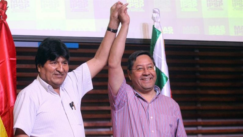 En la imagen, el expresidente de Bolivia Evo Morales (i) y el candidato presidencial por el Movimiento al Socialismo (MAS), Luis Arce (d). EFE/Aitor Pereira/Archivo