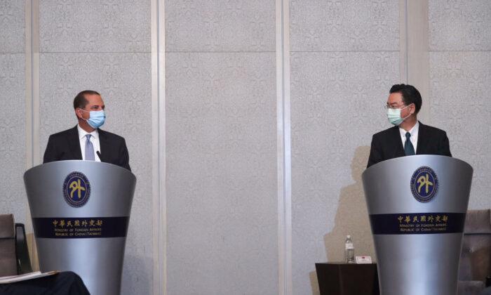 El secretario de Salud y Servicios Humanos de EE.UU., Alex Azar (Izq.), habla mientras se reúne con el ministro de Asuntos Exteriores de Taiwán, Joseph Wu (Der.), en un hotel local de Taipei el 11 de agosto de 2020. (Pei Chen/POOL/AFP vía Getty Images)