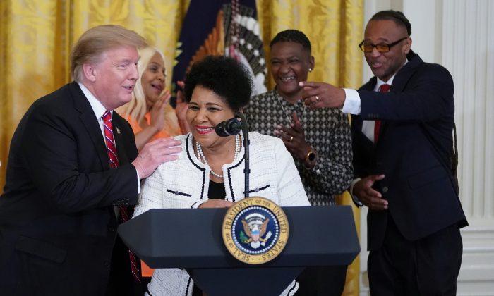 Alice Marie Johnson, a quien el presidente Donald Trump le indultó la sentencia luego de cumplir 21 años de prisión por tráfico de cocaína, habla durante una celebración de la Ley del Primer Paso en el Salón Este de la Casa Blanca el 1 de abril de 2019 (Chip Somodevilla /Getty Images)