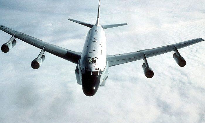 Una vista frontal aire-aire de un RC-135 Stratolifter. (Por el Sargento Mayor Patrick Nugent vía Wikimedia Commons)
