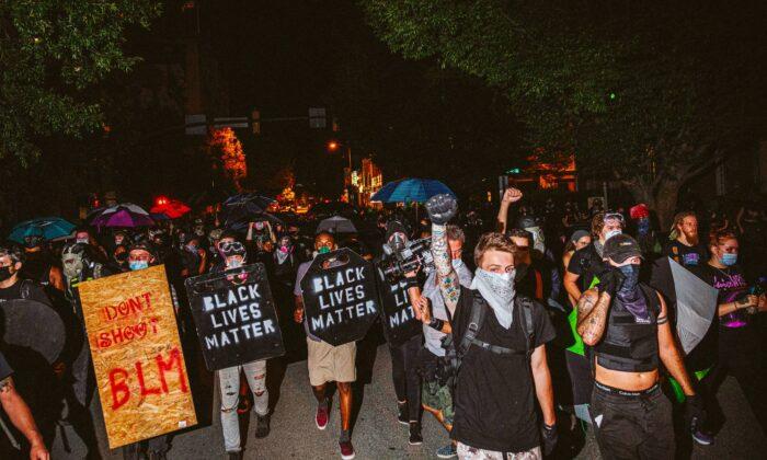 Las personas que llevan escudos caseros de Black Lives Matter marchan frente a los manifestantes el 25 de julio de 2020 en Richmond, Virginia. (Eze Amos/Getty Images)