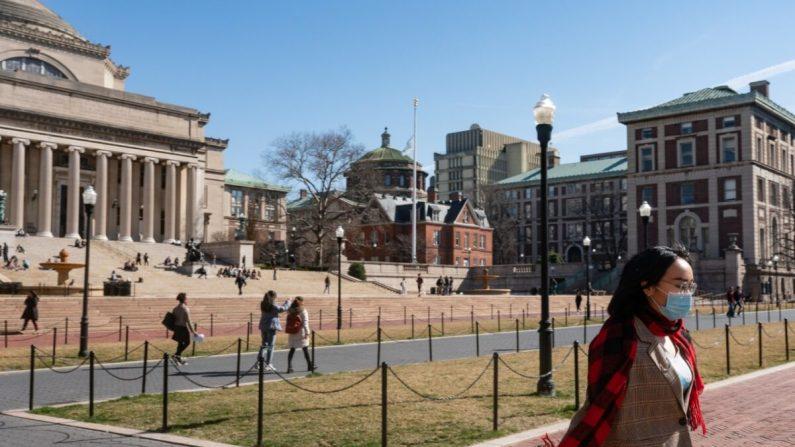 Una mujer con una mascarilla camina por el campus de la Universidad de Columbia el 9 de marzo de 2020 en la ciudad de Nueva York. (Jeenah Moon/Getty Images)