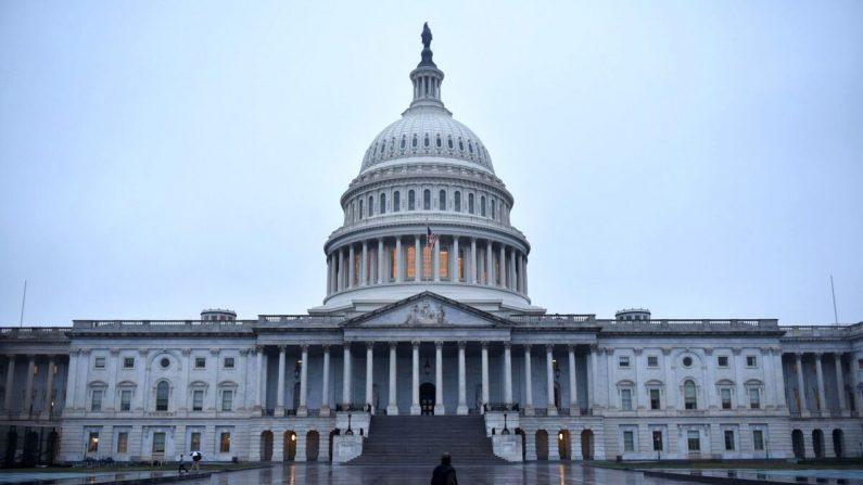 Un hombre camina frente al Capitolio de EE. UU., en Washington, el 6 de noviembre de 2018. (Mandel Ngan/AFP/Getty Images)