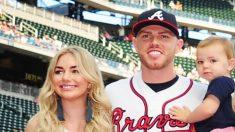 La estrella de los Bravos de Atlanta Freddie Freeman y su mujer Chelsea anuncian que esperan gemelos