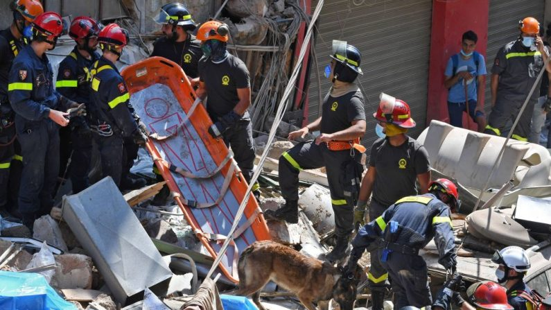 Rescatadores libaneses y franceses buscan víctimas o supervivientes entre los escombros de un edificio en el barrio Gemayzeh de Beirut (Líbano), el 6 de agosto de 2020. (AFP vía Getty Images)