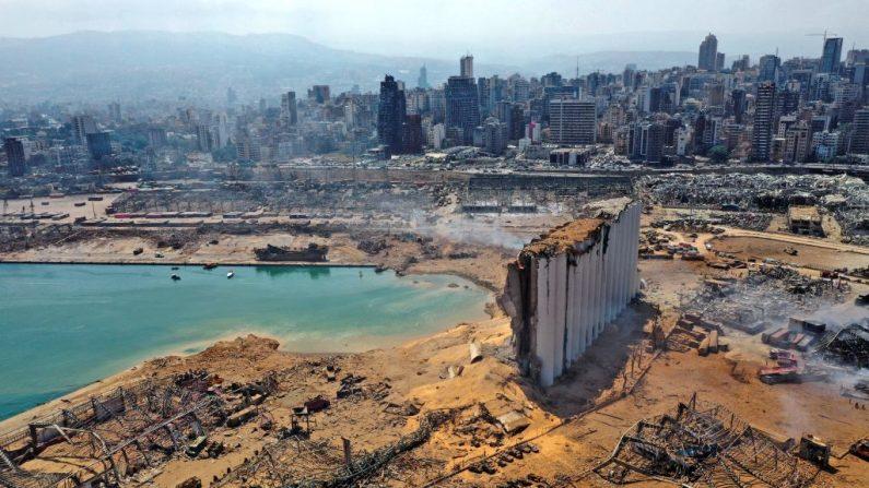 Una vista aérea capturada el 5 de agosto muestra los enormes daños causados a los silos de grano del puerto de Beirut y el área que los rodea después de la explosión. (AFP vía Getty Images)