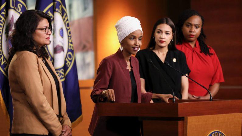 Las representantes Alexandria Ocasio-Cortez (D-N.Y.), Ilhan Omar (D-Minn.), Ayanna Pressley (D-Mass.) y Rashida Tlaib (D-Mich.) en una conferencia de prensa en el Capitolio de EE. UU. 15 de julio de 2019. (Holly Kellum/NTD)
