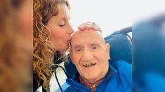 """Hija y papá con Alzheimer """"viajan en el tiempo"""" tras la muerte de mamá, estando más cerca que nunca"""
