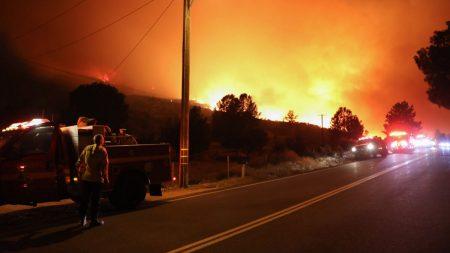 """Bomberos de California salvan bandera estadounidense en medio del devastador incendio """"Lake Fire"""""""