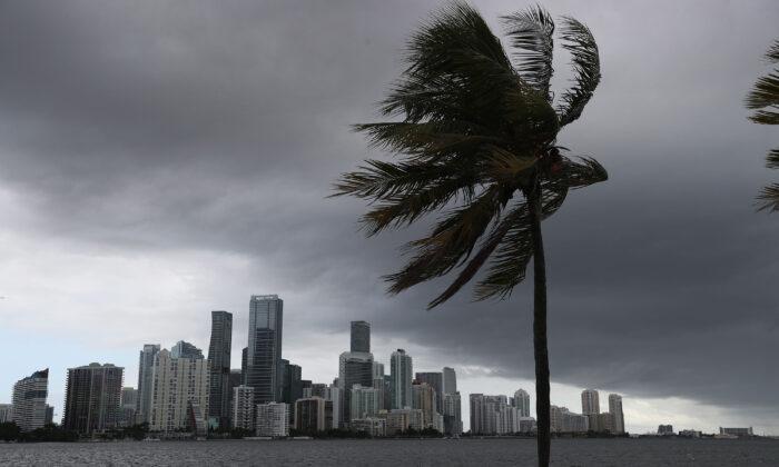 Se observan nubes de tormenta sobre la ciudad a medida que el huracán Isaías se acerca a la costa este de Florida en Miami, Florida, el 1 de agosto de 2020. (Joe Raedle/Getty Images)