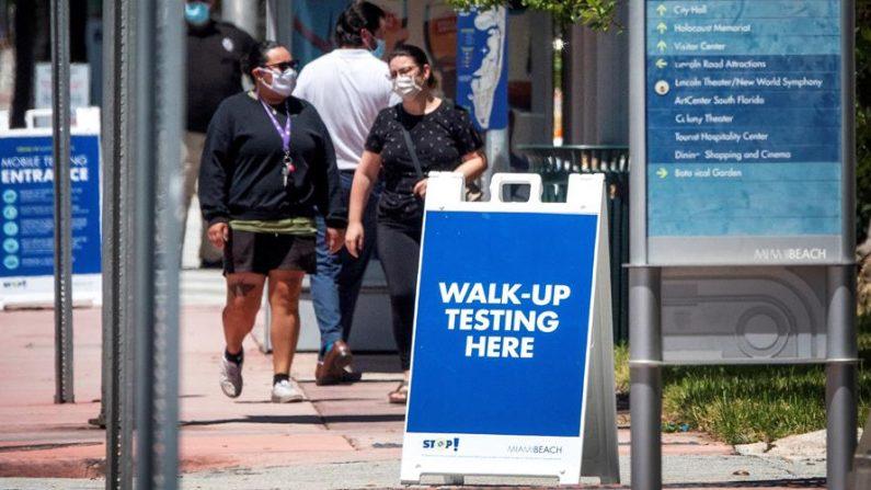 Algunas personas caminan hacia el servicio de pruebas de COVID-19 de la Guardia Nacional del Ejército de Florida en asociación con la ciudad de Miami Beach y el Departamento de Salud de Florida, el pasado 10 de agosto de 2020. EFE/EPA/CRISTOBAL HERRERA-ULASHKEVICH/Archivo