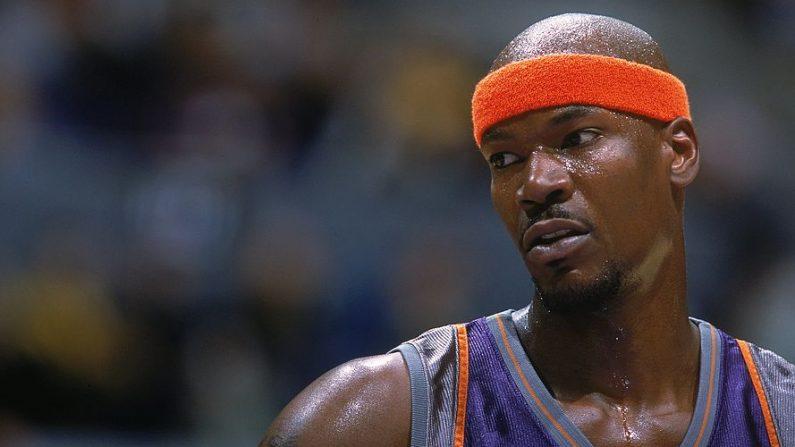 El exjugador Clifford Robinson #30 de los Phoenix Suns mientras mira desde la cancha durante el juego contra los Lakers de Los Angeles en el STAPLES Center de Los Angeles, California (EE.UU.). (Harry How /Allsport/Getty Images)