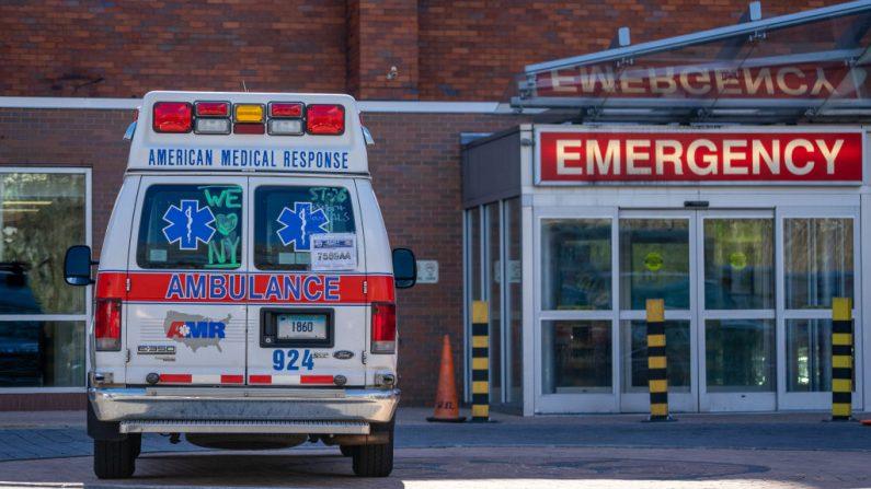 Una ambulancia se encuentra fuera de la sala de emergencias del Centro Médico Lincoln el 16 de abril de 2020, en el distrito del Bronx en la ciudad de Nueva York (EE.UU.). (David Dee Delgado/Getty Images)
