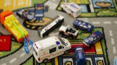 Niño salva a mamá de un coma diabético marcando el número de teléfono de su ambulancia de juguete