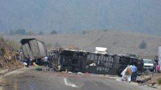 Al menos 13 muertos y 24 heridos tras volcarse camión en el centro de México