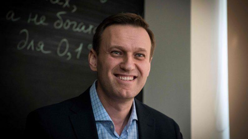 El líder de la oposición rusa Alexéi Navalni sonríe durante una entrevista con AFP en la oficina de su Fundación Anticorrupción (FBK) en Moscú (Rusia) el 16 de enero de 2018. (MLADEN ANTONOV/AFP a través de Getty Images)