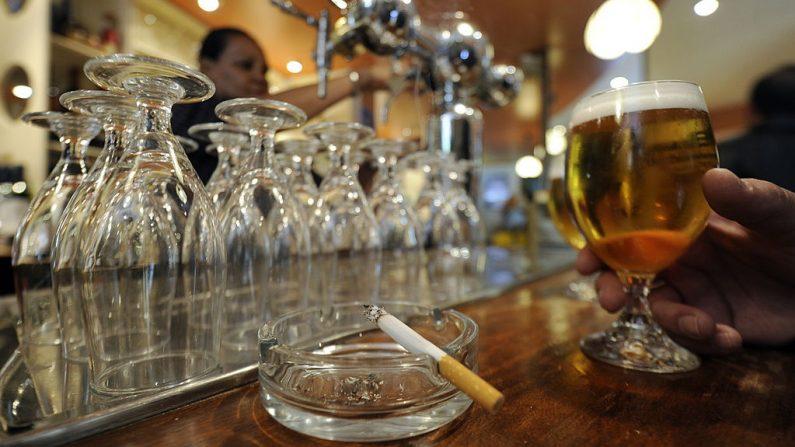 Un hombre toma su cerveza junto a un cigarrillo humeante en un cenicero de un restaurante bar el 21 de octubre de 2010 en Madrid (España). (DOMINIQUE FAGET/AFP a través de Getty Images)