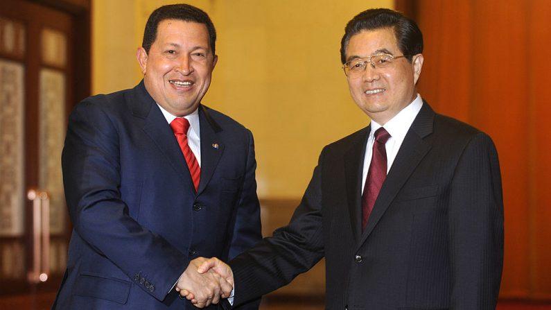 El líder venezolano Hugo Chávez (i), le da la mano a su homólogo chino Hu Jintao durante su reunión en el Gran Salón del Pueblo el 8 de abril de 2009 en Beijing, China. (Foto de Minoru Iwasaki-Pool/Getty Images)