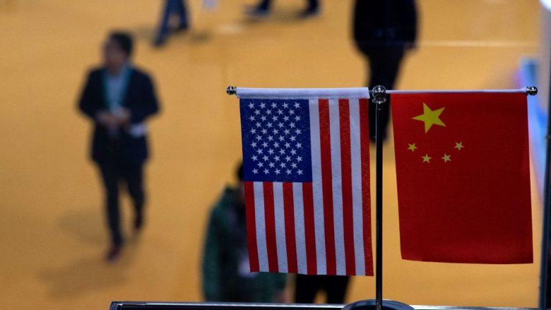 Esta foto tomada el 6 de noviembre de 2018 muestra una bandera china y estadounidense en un stand durante la primera Exposición Internacional de Importación de China (CIIE) en Shanghai (China). (JOHANNES EISELE/AFP a través de Getty Images)