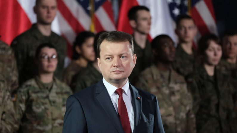 Mariusz Blaszczak, ministro de Defensa Nacional de Polonia, se encuentra cerca de los soldados estadounidenses durante la visita del vicepresidente de Estados Unidos Mike Pence a una base militar el 13 de febrero de 2019 en Varsovia, Polonia. (Sean Gallup/Getty Images)
