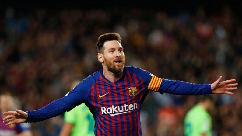 El delantero argentino del Barcelona, Lionel Messi, celebra su gol durante el partido de fútbol de la Liga Española entre el FC Barcelona y el Levante UD en el estadio Camp Nou de Barcelona (España) el 27 de abril de 2019. (PAU BARRENA/AFP a través de Getty Images)