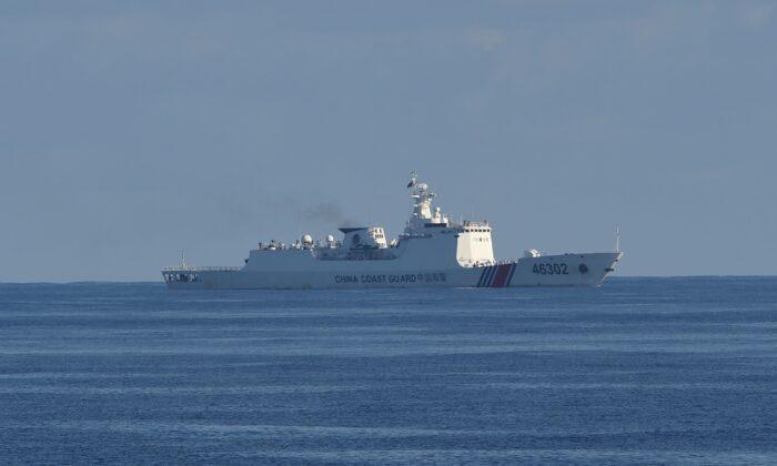 Un barco de guardacostas chino navega a lo largo del área de un ejercicio conjunto de búsqueda y rescate entre guardacostas de Filipinas y Estados Unidos, cerca del banco de Scarborough, en el Mar del Sur de China, el 14 de mayo de 2019. (TED ALJIBE/AFP a través de Getty Images).