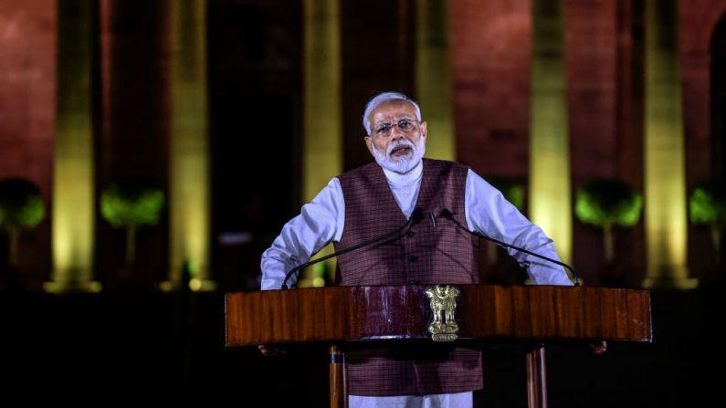Narendra Modi se dirige a los medios de comunicación frente a la Casa Presidencial el 25 de mayo de 2019 en Nueva Delhi, India. (Foto de Atul Loke/Getty Images)