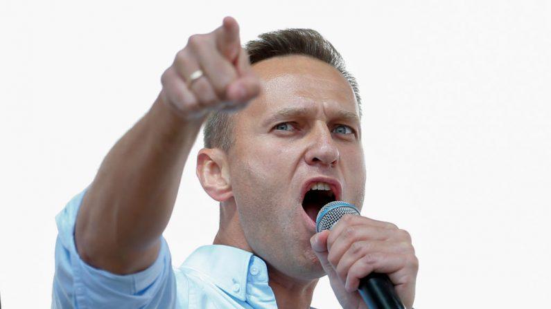 El líder de la oposición rusa Alexei Navalni se dirige a los manifestantes durante un mitin para apoyar a los candidatos de la oposición y a los independientes después de que las autoridades se negaran a inscribirlos para las elecciones de septiembre a la Duma de la ciudad de Moscú, Moscú (Rusia), 20 de julio de 2019. (Foto de MAXIM ZMEYEV/AFP vía Getty Images)