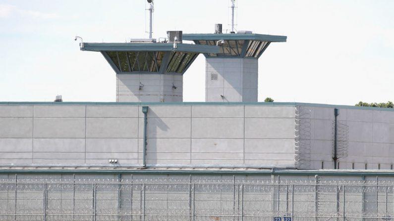 Las torres de vigilancia se elevan sobre los terrenos del Complejo Correccional Federal Terre Haute el 25 de julio de 2019 en Terre Haute, Indiana. (Scott Olson/Getty Images)