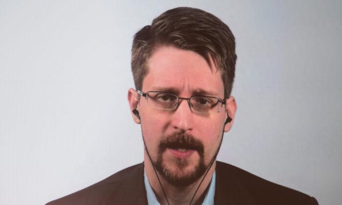 """El exempleado de la CIA y denunciante, Edward Snowden, durante una videoconferencia para presentar su libro titulado """"Vigilancia permanente"""", en Berlín, Alemania, el 17 de septiembre de 2019 (Jörg Carstensen/DPA /AFP Getty Images)"""