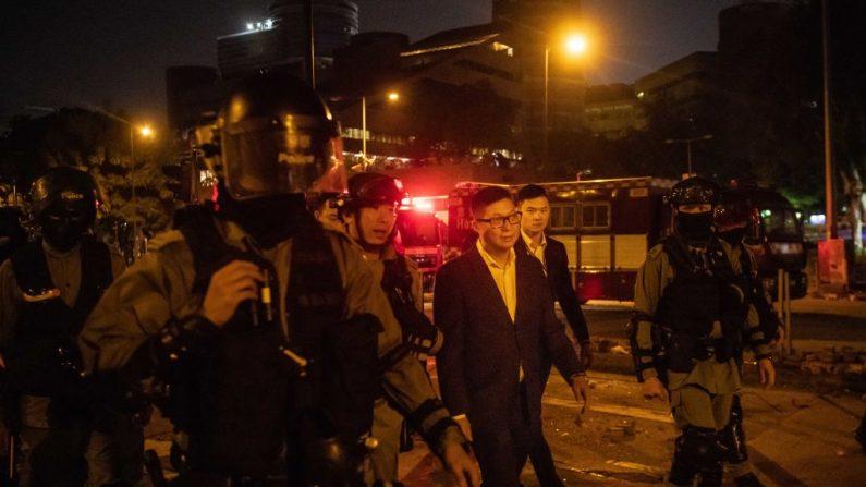 El entonces nuevo jefe de policía de Hong Kong, Chris Tang Ping-keung, visita el campus de la Universidad Politécnica de Hong Kong en el distrito de Hung Hom el 19 de noviembre de 2019 en Hong Kong, China. (Billy H.C. Kwok/Getty Images)