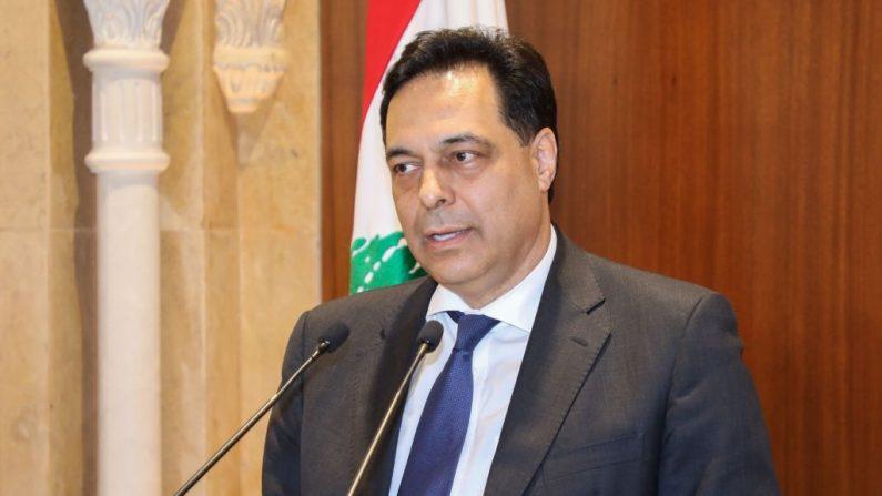El primer ministro designado Hassan Diab hace una declaración tras su reunión con el primer ministro saliente Saad Hariri en Beirut (Líbano) el 20 de diciembre de 2019. (Foto de -/AFP vía Getty Images)