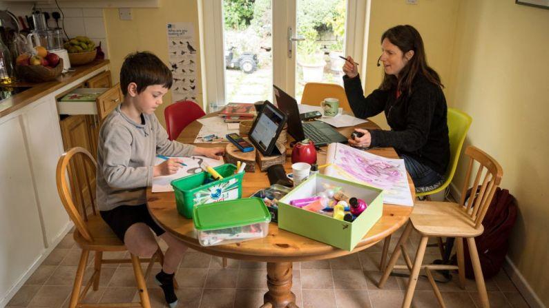 No hay dos familias que eduquen en casa exactamente de la misma manera. Tenga esto en cuenta si está tentado a comparar su educación en casa con la de otras familias. (OLI SCARFF/AFP a través de Getty Images)