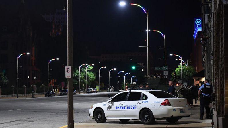 Los oficiales de policía de la ciudad de St. Louis patrullan el 2 de junio de 2020 en St. Louis, Missouri. (Foto de Michael B. Thomas/Getty Images)