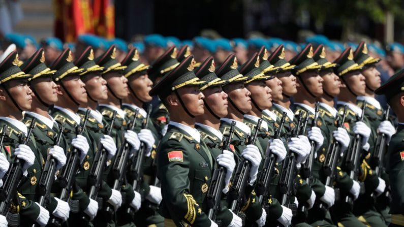 Soldados del Ejército Popular de Liberación de China marchan en la Plaza Roja durante un desfile militar, que marca el 75° aniversario de la victoria soviética sobre la Alemania nazi en la Segunda Guerra Mundial, en Moscú el 24 de junio de 2020. (Pavel Golovikin/AFP a través de Getty Images)