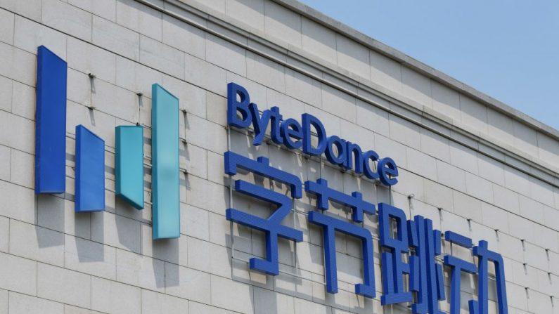 El logo de ByteDance figura en el edificio de la sede de ByteDance en Beijing el 8 de julio de 2020. (Foto de GREG BAKER/AFP vía Getty Images)