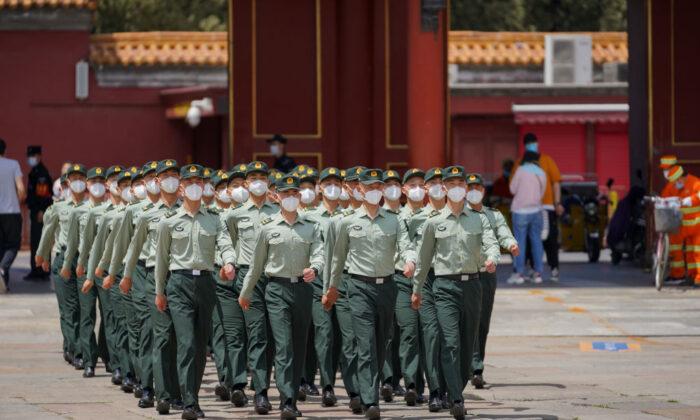 Soldados del Ejército de Liberación Popular marchan frente a la entrada de la Ciudad Prohibida en Beijing el 20 de mayo de 2020. (Andrea Verdelli/Getty Images)