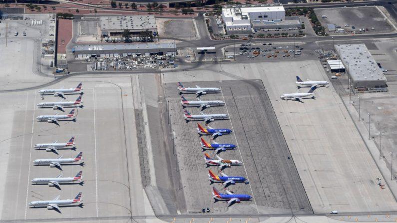 Una vista aérea muestra aviones de American Airlines, Southwest Airlines y United Airlines estacionados en el Aeropuerto Internacional McCarran en medio de la propagación del coronavirus el 21 de mayo de 2020 en Las Vegas, Nevada. (Ethan Miller/Getty Images)
