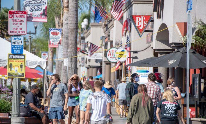 La gente busca restaurantes y tiendas en el centro de Huntington Beach, California, el 16 de julio de 2020 (Robin Beck/AFP a través de Getty Images)