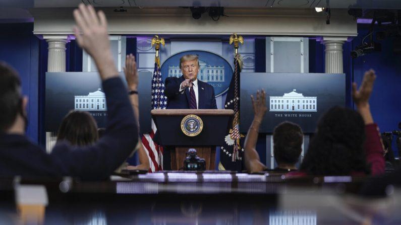 El presidente Donald Trump habla durante una conferencia de prensa en la Sala de Prensa James Brady de la Casa Blanca el 4 de agosto de 2020 en Washington. (Drew Angerer/Getty Images)