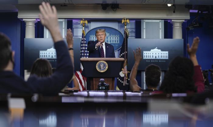 El presidente de Estados Unidos, Donald Trump, durante una conferencia de prensa en la Sala de Prensa James Brady de la Casa Blanca en Washington el 4 de agosto de 2020. (Drew Angerer/Getty Images)