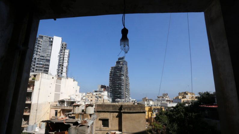 La vista desde un edificio dañado cerca del puerto de la ciudad, el sitio de la explosión masiva, como se vio el 8 de agosto de 2020 en Beirut, Líbano. (Foto de Marwan Tahtah/Getty Images)